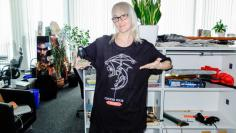 Veronika im Black Desert Shirt.
