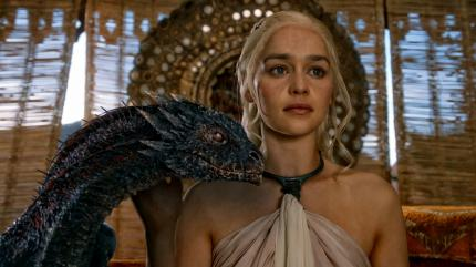 Game of Thrones: Daenerys und Drogon als kleiner Drache.
