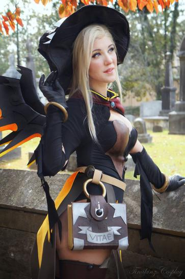 Overwatch: Tina-Kinz in ihrem Mercy-Cosplay (31)